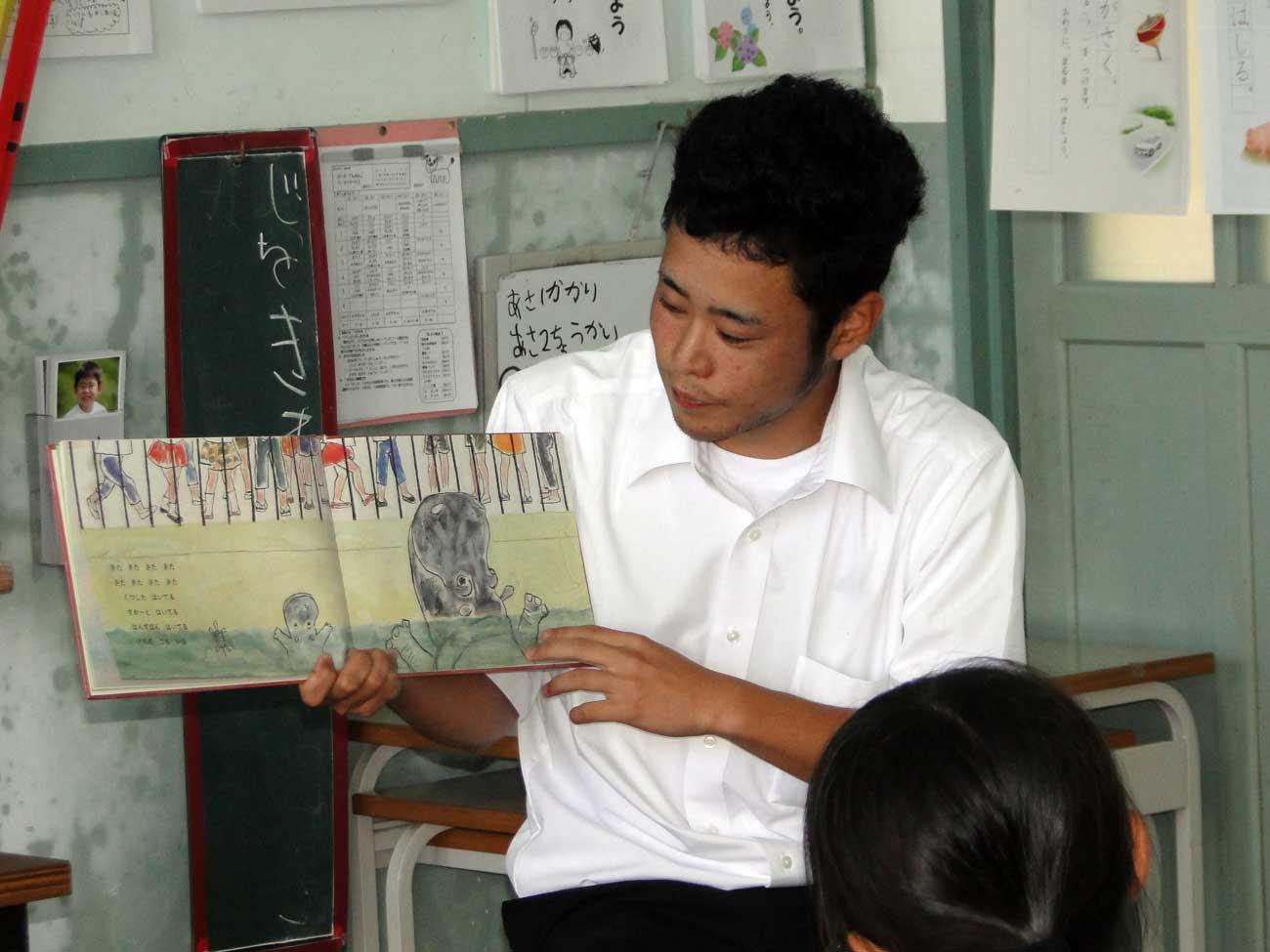 絵本の読み聞かせを実践